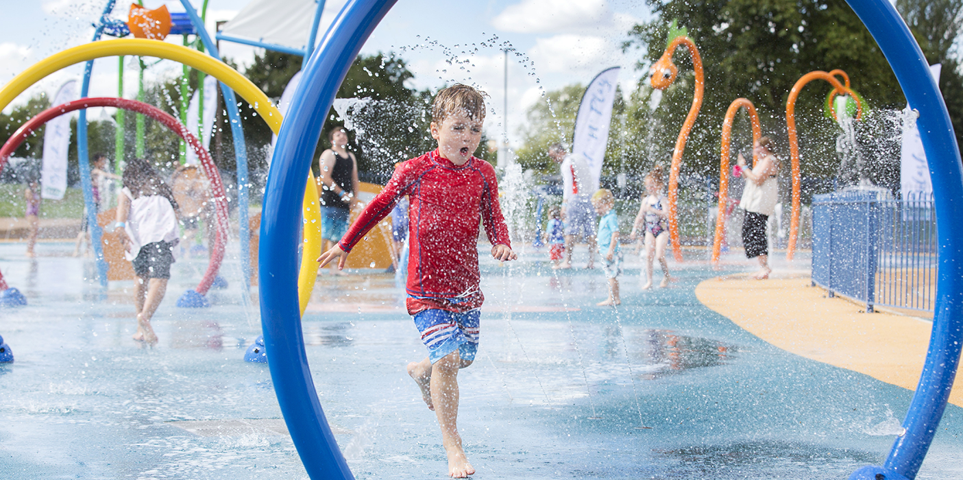 Splashpad-Willen-Lake-children-happy